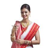 Traditionelle Bengalifrau, die Öllampe hält lizenzfreie stockfotografie