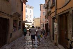 Traditionelle bildhafte Straßen von alten kroatischen Dörfern lizenzfreie stockfotografie