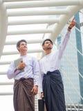 Traditionelle birmanische Geschäftsmänner lizenzfreie stockfotografie