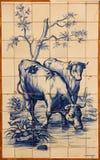 Traditionelle blaue Fliesen oder azulejos verziert mit gemalten Kühen. Lissabon. Portugal Stockfotos