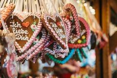 Traditionelle Bonbons im Weihnachtsmarkt in Deutschland Feiern von Weihnachten in Europa Lizenzfreies Stockfoto