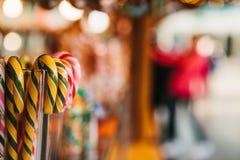 Traditionelle Bonbons im Weihnachtsmarkt in Deutschland Feiern von Weihnachten in Europa Lizenzfreie Stockbilder
