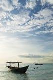Traditionelle Boote auf KOH rong Insel fahren nahe Sihanoukville Kambodscha die Küste entlang Stockfotografie