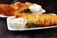 Traditionelle britische Fische, die Majonäse und aus gebratenen Fischen bestehen stockbilder