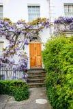 Traditionelle britische Häuser in Richmond, nahe London, Großbritannien lizenzfreie stockfotos