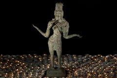 Traditionelle Bronzestatue von Lakshmi durch Kerzenlicht Hindu Godd Lizenzfreie Stockfotografie