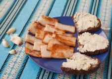 Traditionelle Brotverbreitung Pomazuha gemacht vom Schweinefett des Roggenbrotes in Ukraine Lizenzfreie Stockfotografie