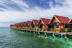 Traditionelle Bungalows Mabul-Insel Stockfotos