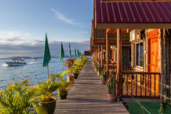 Traditionelle Bungalows Mabul-Insel Stockfoto