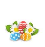 Traditionelle bunte aufwändige Eier mit Blumen camomiles für Osten stock abbildung