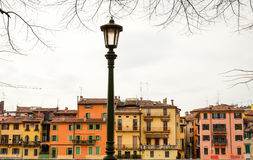 Traditionelle bunte Häuser auf der Bank von die Etsch-Fluss, Verona, Italien Stockfoto