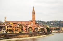 Traditionelle bunte Häuser auf der Bank von die Etsch-Fluss, Verona, Italien Lizenzfreies Stockfoto