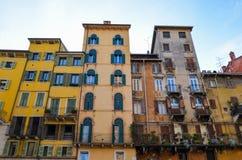 Traditionelle bunte Häuser auf der Bank von die Etsch-Fluss, Verona, Italien Lizenzfreie Stockfotos