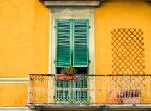 Traditionelle bunte Häuser auf der Bank von die Etsch-Fluss, Verona, Italien Stockbilder