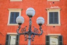 Traditionelle bunte Häuser auf der Bank von die Etsch-Fluss, Verona, Italien Lizenzfreie Stockfotografie