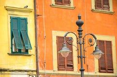 Traditionelle bunte Häuser auf der Bank von die Etsch-Fluss, Verona, Italien Lizenzfreie Stockbilder