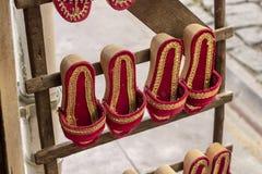 Traditionelle bunte hölzerne Pantoffel der Perspektivennahaufnahme in der Bestellung schossen in Izmir in der Türkei stockfotos