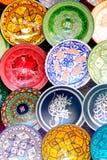 Traditionelle bunte marokkanische Fayencetonwarenteller in einem typischen alten Shop im des Medinas souk von Marrakesch, Marokko Lizenzfreie Stockfotos