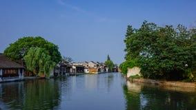 Traditionelle chinesische Häuser durch Wasser, in der alten Stadt von Xitang, China lizenzfreie stockfotos