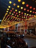 Traditionelle chinesische Stra?enlaternendekorationen auf einer Stra?e von Singapurs Chinatown f?r chinesisches neues stockfotografie