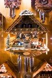 Traditionelle deutsche Kuckuck-Uhr im Schaukasten lizenzfreies stockfoto