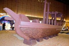 Traditionelle Dhow-Replik auf Anzeige stockfotos
