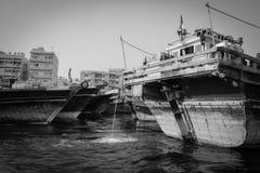 Traditionelle Dhowfähren auf dem Dubai Creek stockfoto