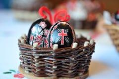 Traditionelle Eier Ostern schwarz und rot in einem gesponnenen Korb Lizenzfreies Stockbild
