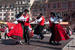 Traditionelle elsässische Tänzer im Kostüm Lizenzfreies Stockbild