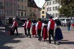 Traditionelle elsässische Tänzer im Kostüm Lizenzfreie Stockbilder
