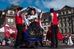Traditionelle elsässische Tänzer im Kostüm Stockfoto
