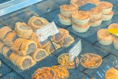 Traditionelle englische Wurstrollen und -torten auf Anzeige lizenzfreie stockbilder