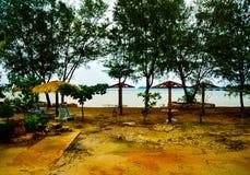 Traditionelle Entspannungshütten auf dem gelben sandigen Strand stockfoto