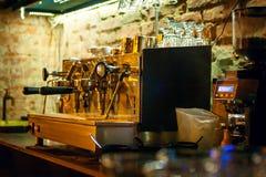 Traditionelle Espresso-Kaffeemaschine und -Kaffeemühle Lizenzfreie Stockbilder