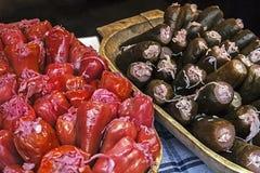 Traditionelle Essiggurken vom roten Pfeffer und von der Gurke Stockfotos
