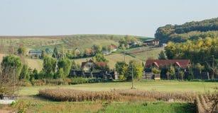 Traditionelle europäische Gebäude in den Herbsthügeln stockfoto