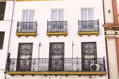 Traditionelle Fassaden von Häusern mit verdrehten bearbeiteten und geschnitzten Balkonen der Stadt von Sevilla, Andalusien, Spani lizenzfreie stockfotografie