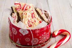 Traditionelle Feiertags-Schokoladen-Pfefferminz-Barke lizenzfreie stockbilder