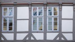 Traditionelle Fenster von Hannover, Deutschland lizenzfreie stockfotos