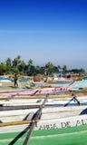 Traditionelle Fischerboote auf Dili setzen in Osttimor auf den Strand Lizenzfreie Stockfotografie