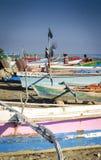 Traditionelle Fischerboote auf Dili setzen in Osttimor-leste auf den Strand Lizenzfreies Stockbild