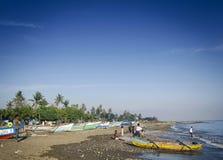Traditionelle Fischerboote auf Dili setzen in Osttimor-leste auf den Strand Stockbild
