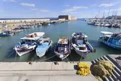 Traditionelle Fischerboote in Iraklio-Hafen stockfotografie
