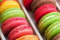 Traditionelle französische bunte macarons in einem Kasten Lizenzfreie Stockfotos
