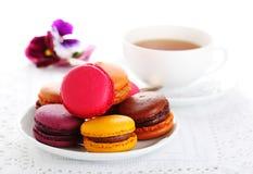 Traditionelle französische macarons mit Tee lizenzfreies stockfoto