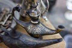 Traditionelle gealterte Aladdin-Wunderlampe fand am türkischen alten Markt stockfoto