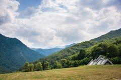 Traditionelle Gebirgshäuser in den Hügeln Lizenzfreies Stockfoto