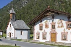 Traditionelle gemalte Gebäude in Tirol Lizenzfreie Stockfotos