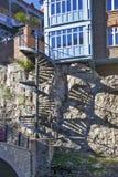 Traditionelle georgische Architektur mit hölzernen Balkonen in historischem Teil Abanotubani von Tiflis nahe Wasserfall in botani Stockfotos