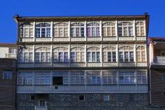 Traditionelle georgische Architektur mit hölzernen Balkonen in historischem Teil Abanotubani von Tiflis nahe Wasserfall in botani Lizenzfreie Stockfotos